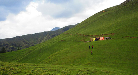 kuari pass trek with green mountain